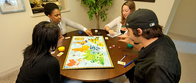 4 students play a board game.