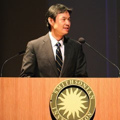 Picture of Konrad Ng speaking at a Smithsonian Institution event
