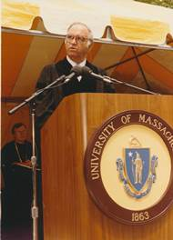 Congressman_Moakley_at_1986_commencement