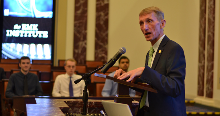 Boston Police Commissioner Bill Evans Gives Leadership Advice to Honors College Junior Colloquium