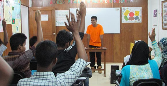 Shawn Russell speaks to students at the Language Proficiency Center-Dhaka (LPC-Dhaka).